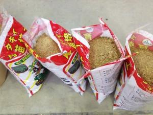 ぼかし肥料の袋詰め